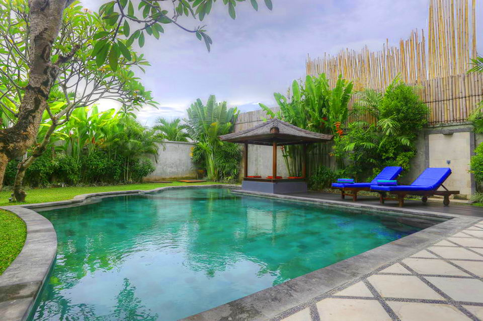 Private Pool dengan Gazebo dan Sun Lounge
