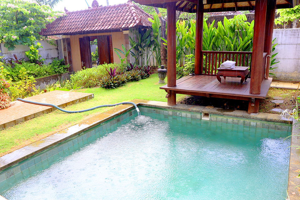 Private Pool dengan Gazebo